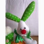 Интерьерная игрушка Зайчик с морковкой