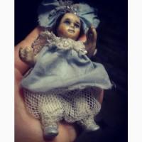 Фарфоровая кукла Малышка с бантом