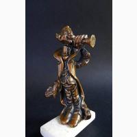 Винтажная статуэтка играющего клоуна