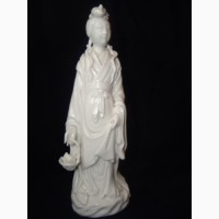 Продаю фарфоровую статуэтку Японка с корзиной цветов