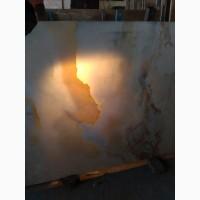 Оникс (др.греч. ὄνυξ - печаль) - минерал, халцедоновая (волокнистая) разновидность кварца
